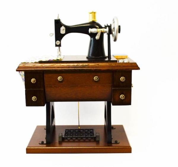 Vintage ξύλινη ραπτομηχανή με μουσική-0